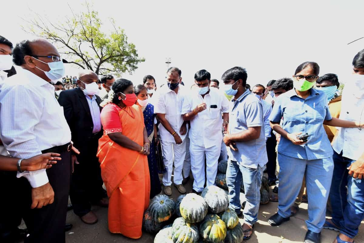 Guv visits Bowenpally market, asks to replicate Veg waste for power production
