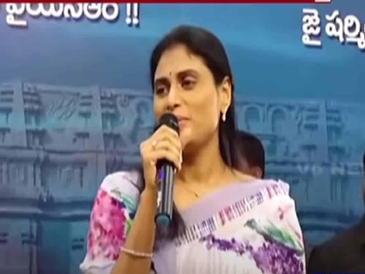 """Sharmila raises """"Jai Telangana"""" slogan"""
