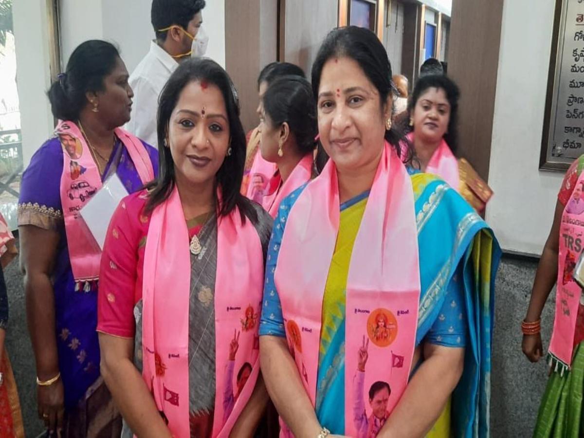 In easy win, TRS' Vijayalaxmi elected GHMC Mayor; Sri Latha Reddy gets deputy Mayor post