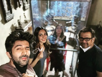 "Kartik Aaryan welcomes back Tabu on ""Bhool Bhulaiyaa 2"" set"