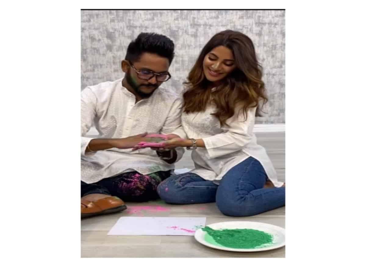 Watch: Nikki Tamboli plays Holi with Jaan Kumar Sanu despite being COVID positive