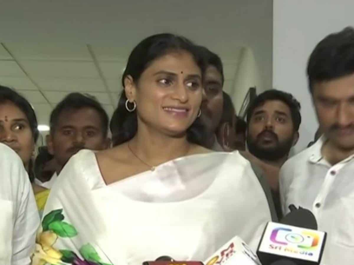 YS Sharmila stages protest, demands KCR govt to release job notifications