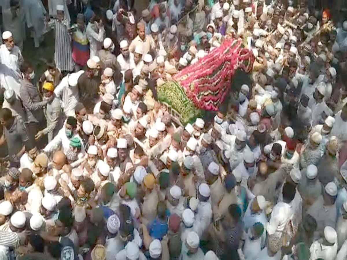 Thousands bid-adieu to Jamia Nizamia Head Mufti Azeemuddin