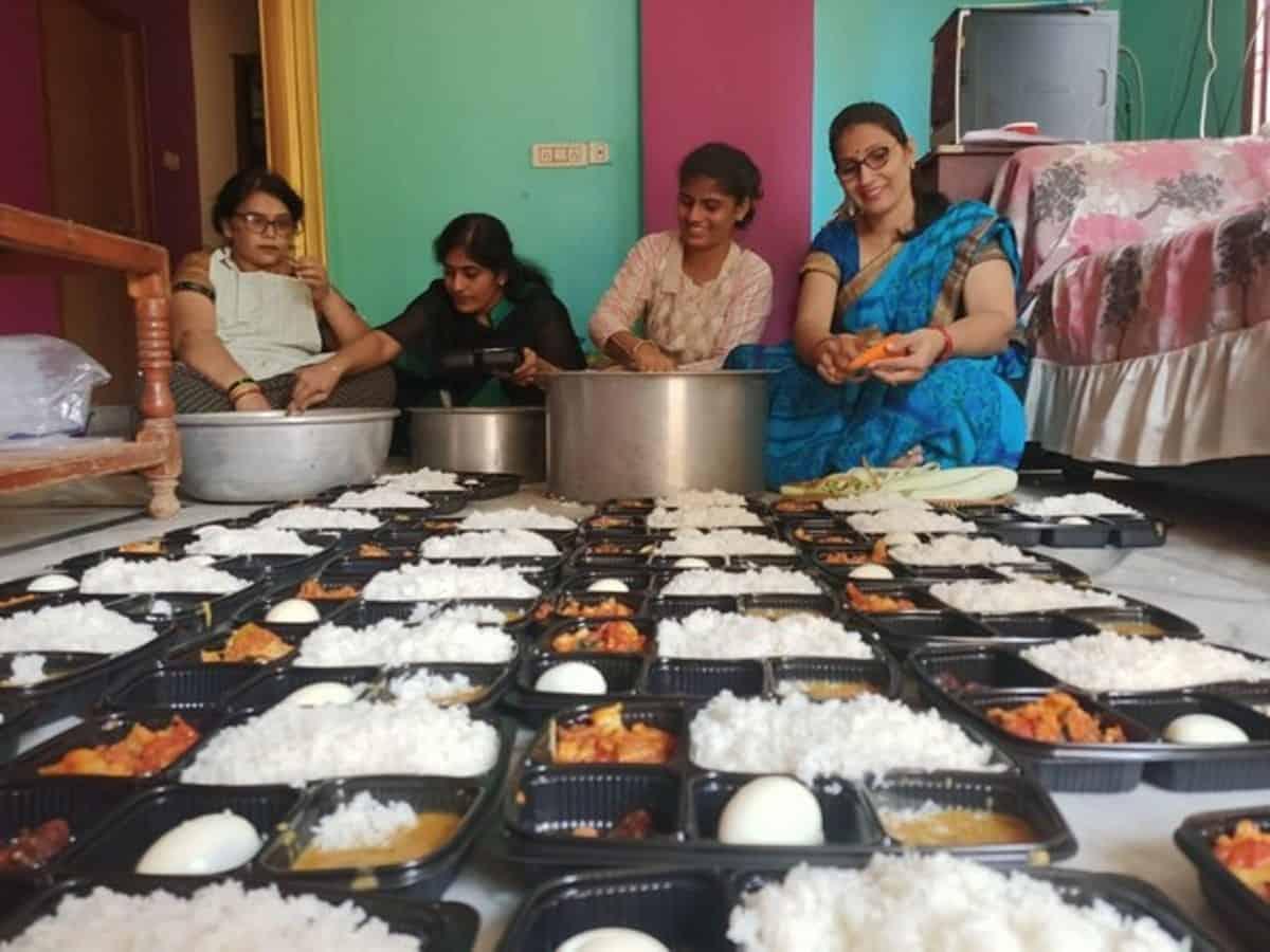 'Nari Sena' distributes free food to COVID-19 patients in AP, Telangana