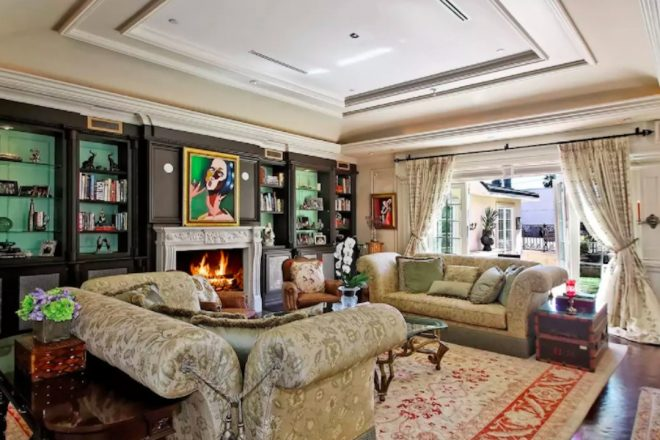 Here's how you can rent SRK's luxurious LA home, see inside pics