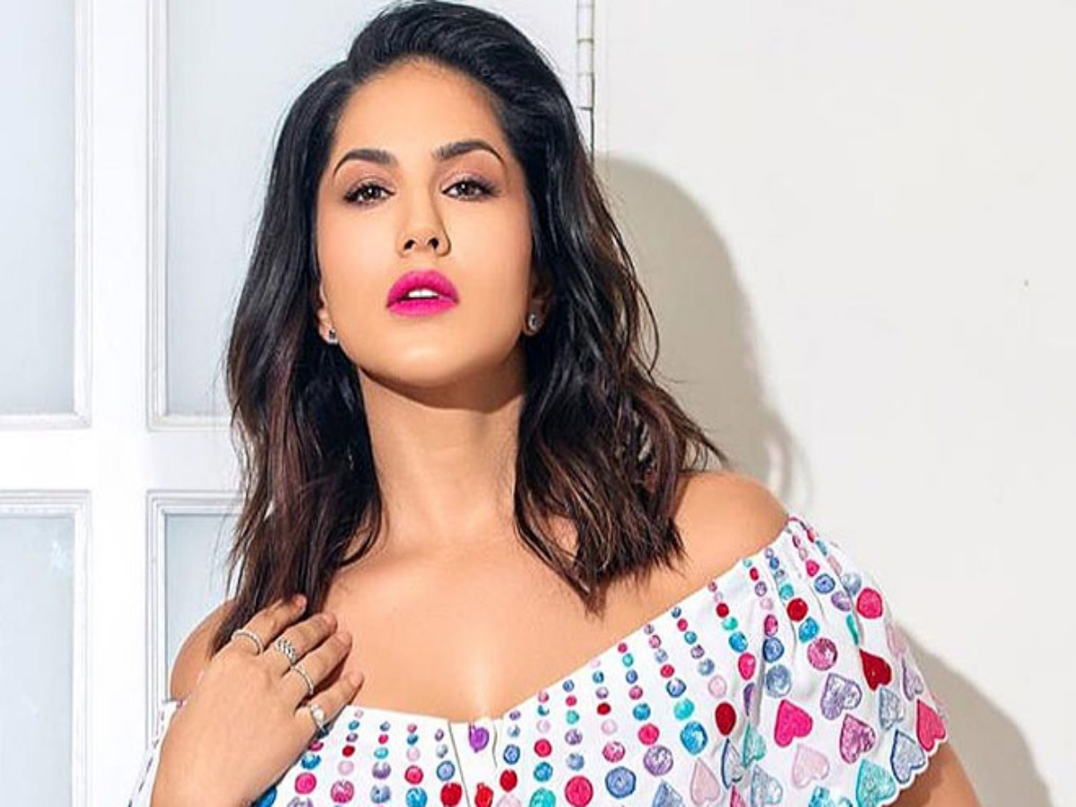 How Sunny Leone's 'army' battled to zip her up, watch funny video