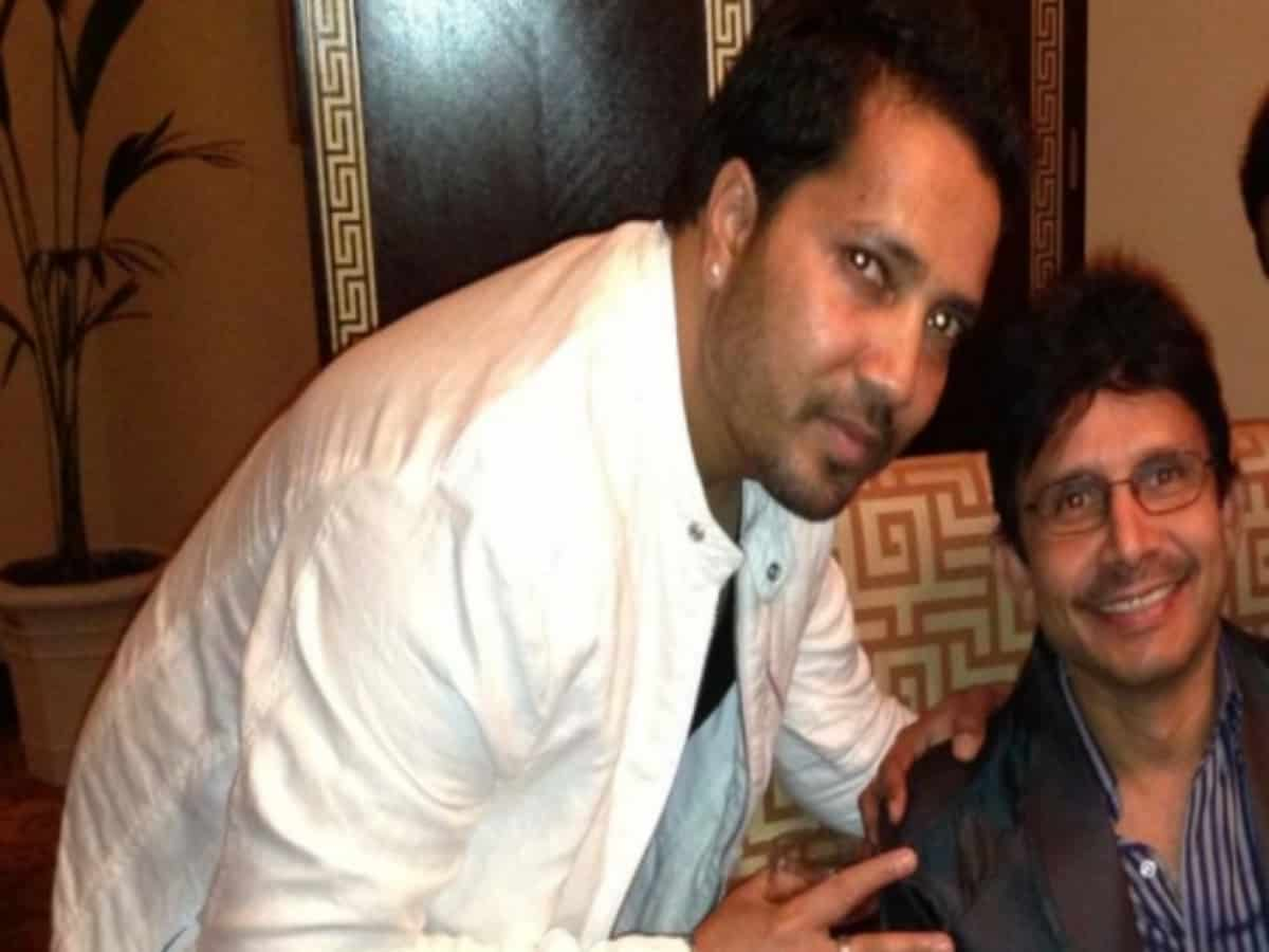 Watch: Mika Singh visits KRK's home, says 'dar mat nahi maarunga'