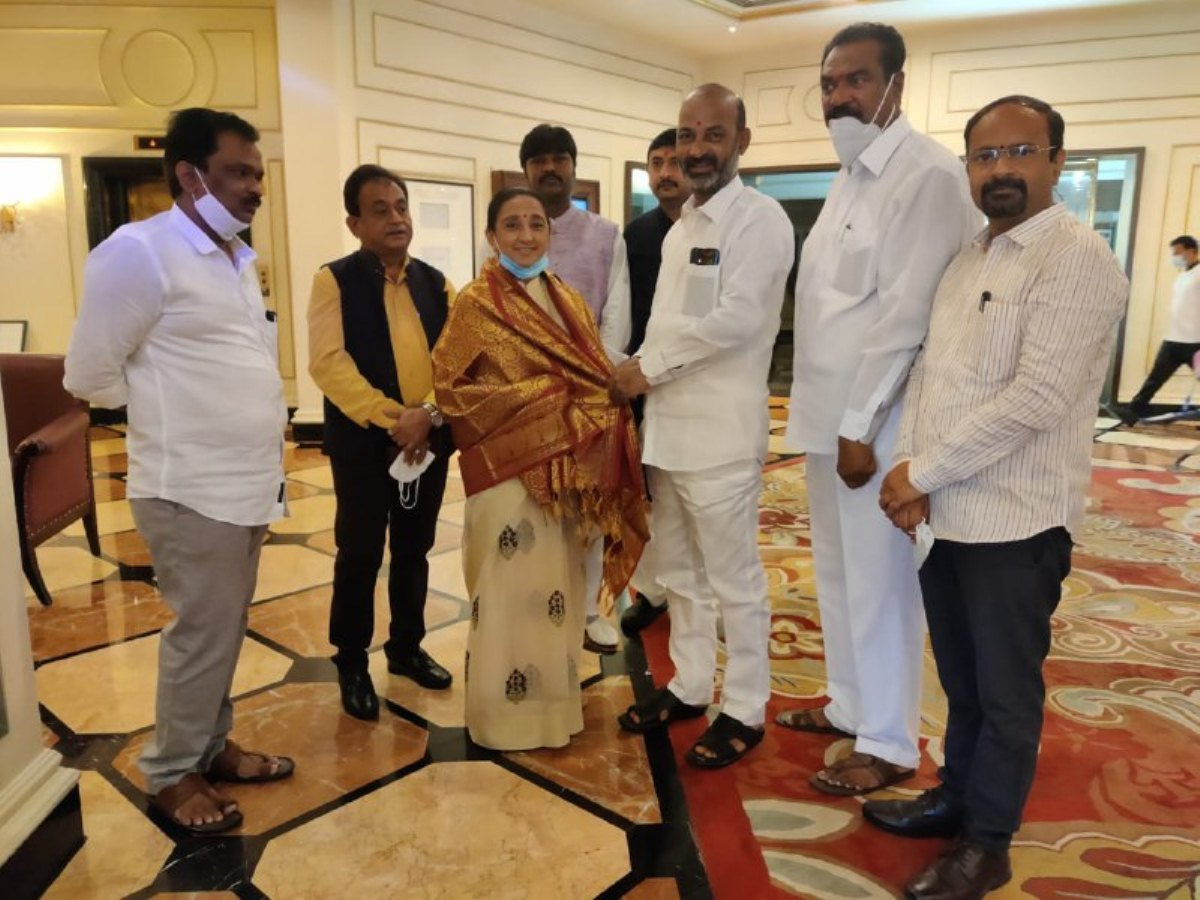 Bandi Sanjay meets members of parliamentary committee on petroleum and natural gas
