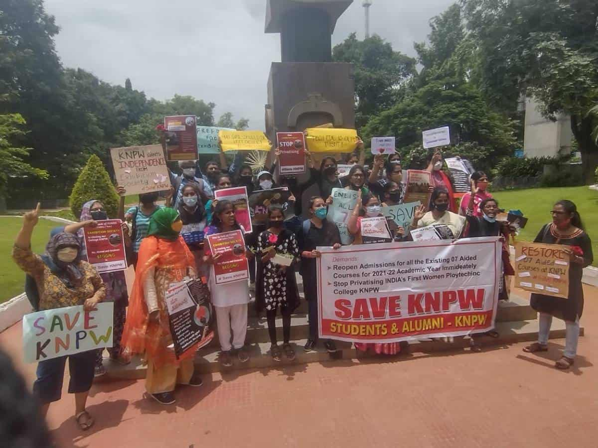 I-Day: Kamala Nehru College students, alumni protest at Gun Park