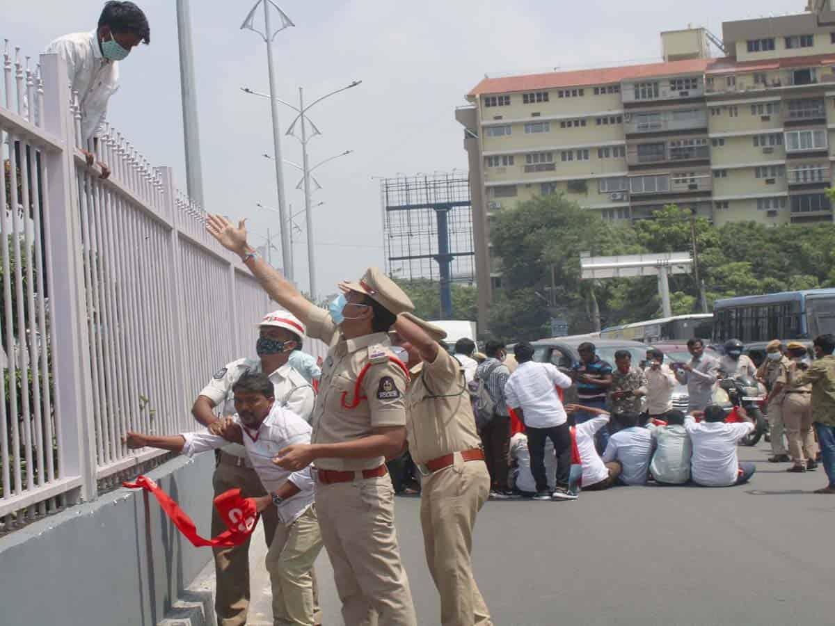 Police foil attempt of PDSU activists to enter Pragathi Bhavan