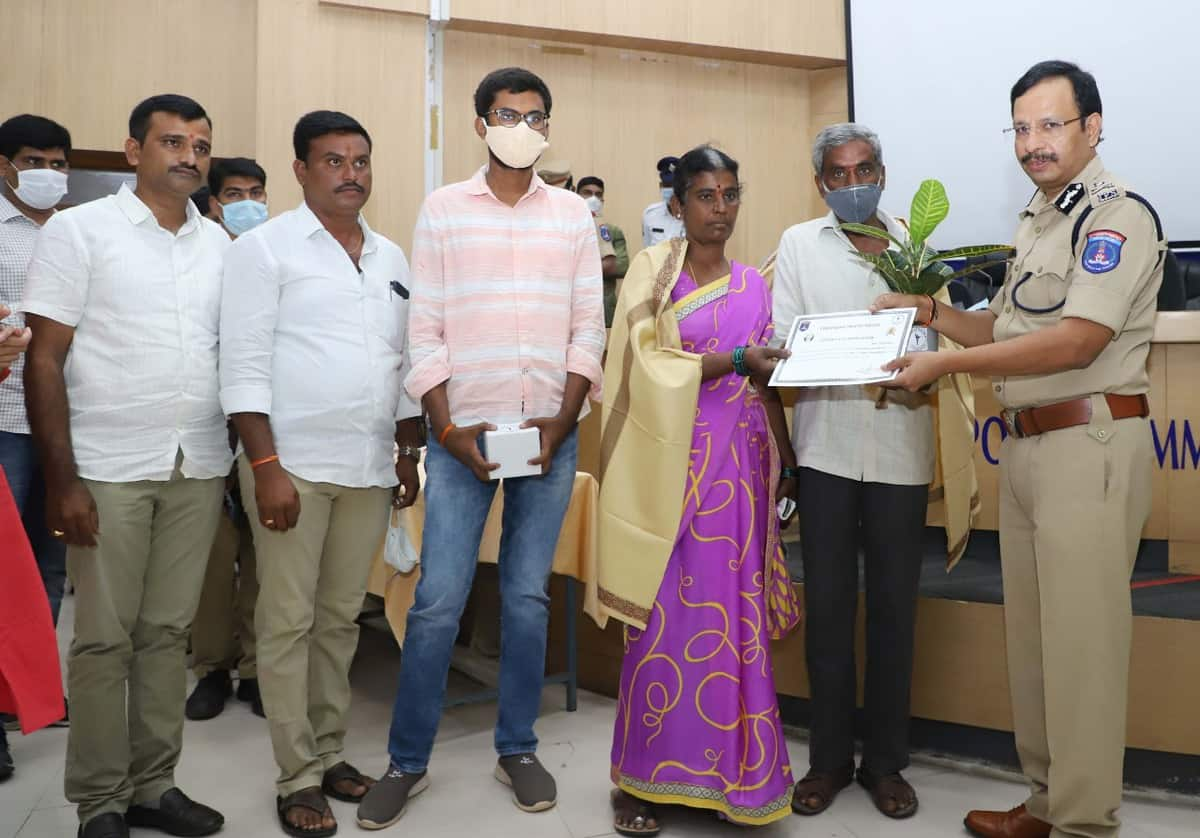 Good samaritans felicitated by Cyberabad police for aiding accident victims