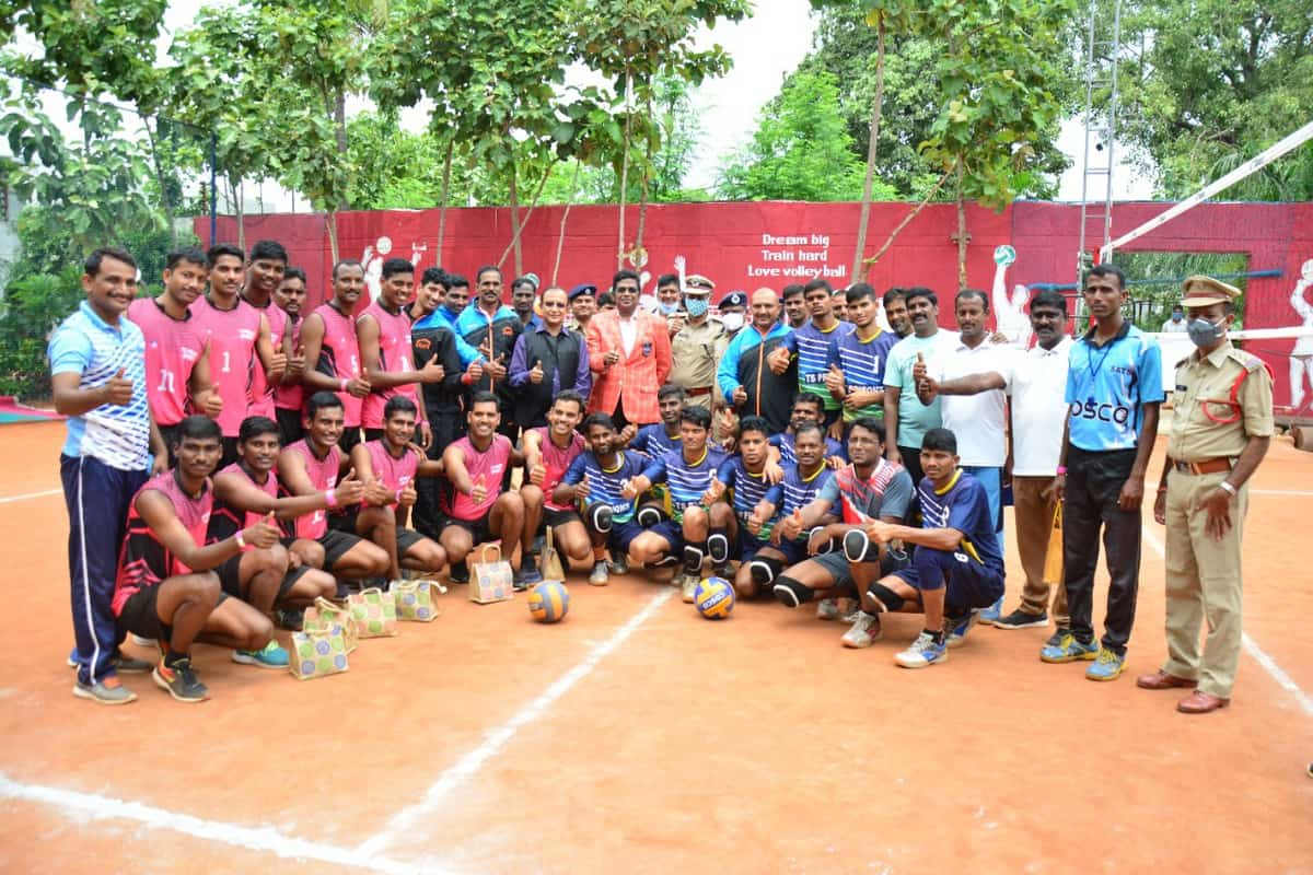 Telangana police plays volleyball with inmates of central prison