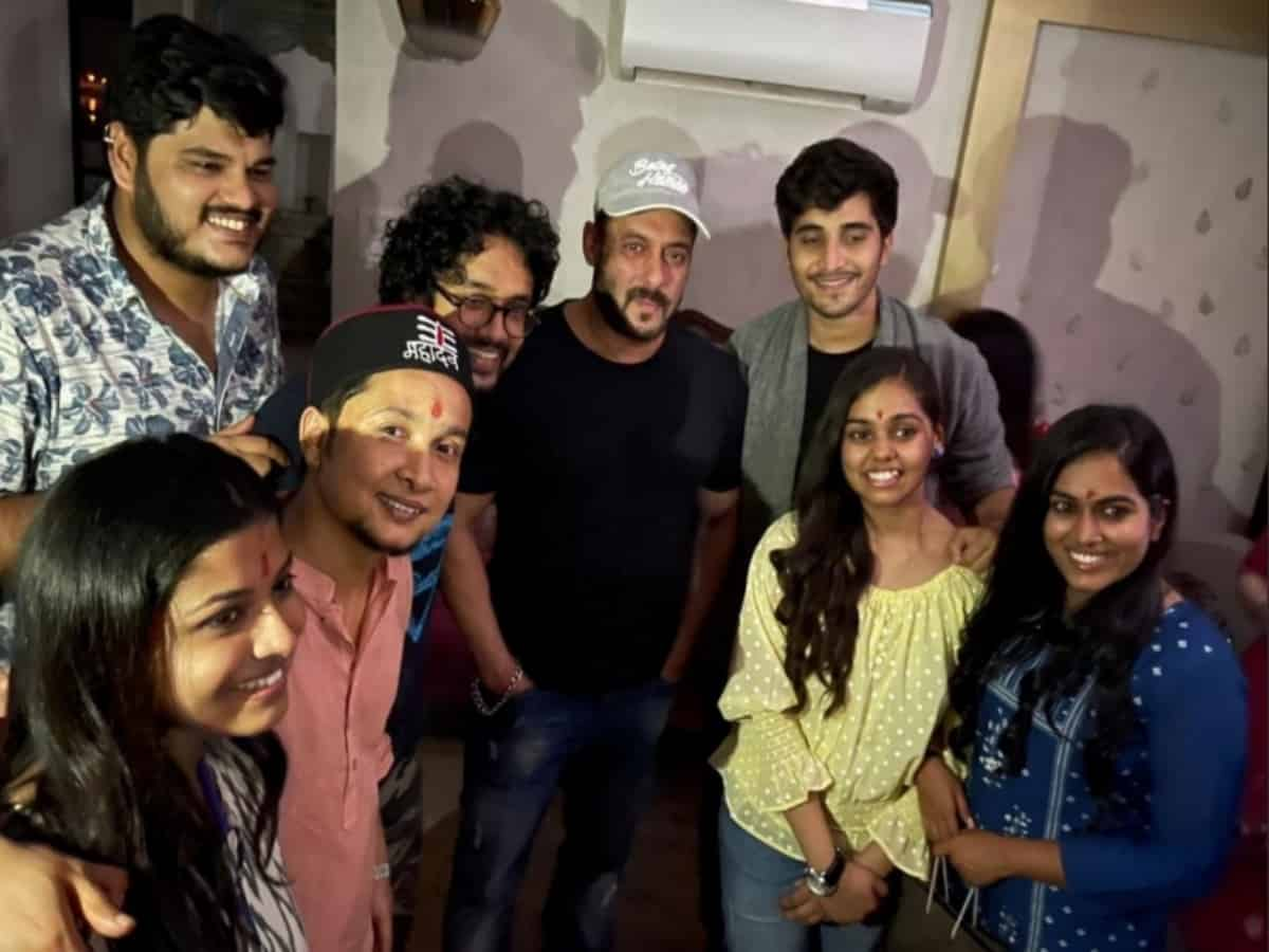 Pawandeep, Shanmukhapriya & others meet Salman Khan [Photos]