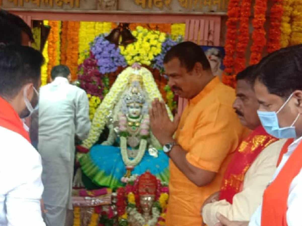 Raja Singh prays at Bhagyalaxmi temple for Bandi Sanjay's padayatra