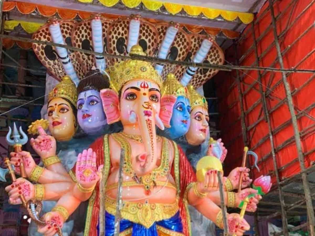 Despite HC ban, immersion of PoP idols in Hussain Sagar continues