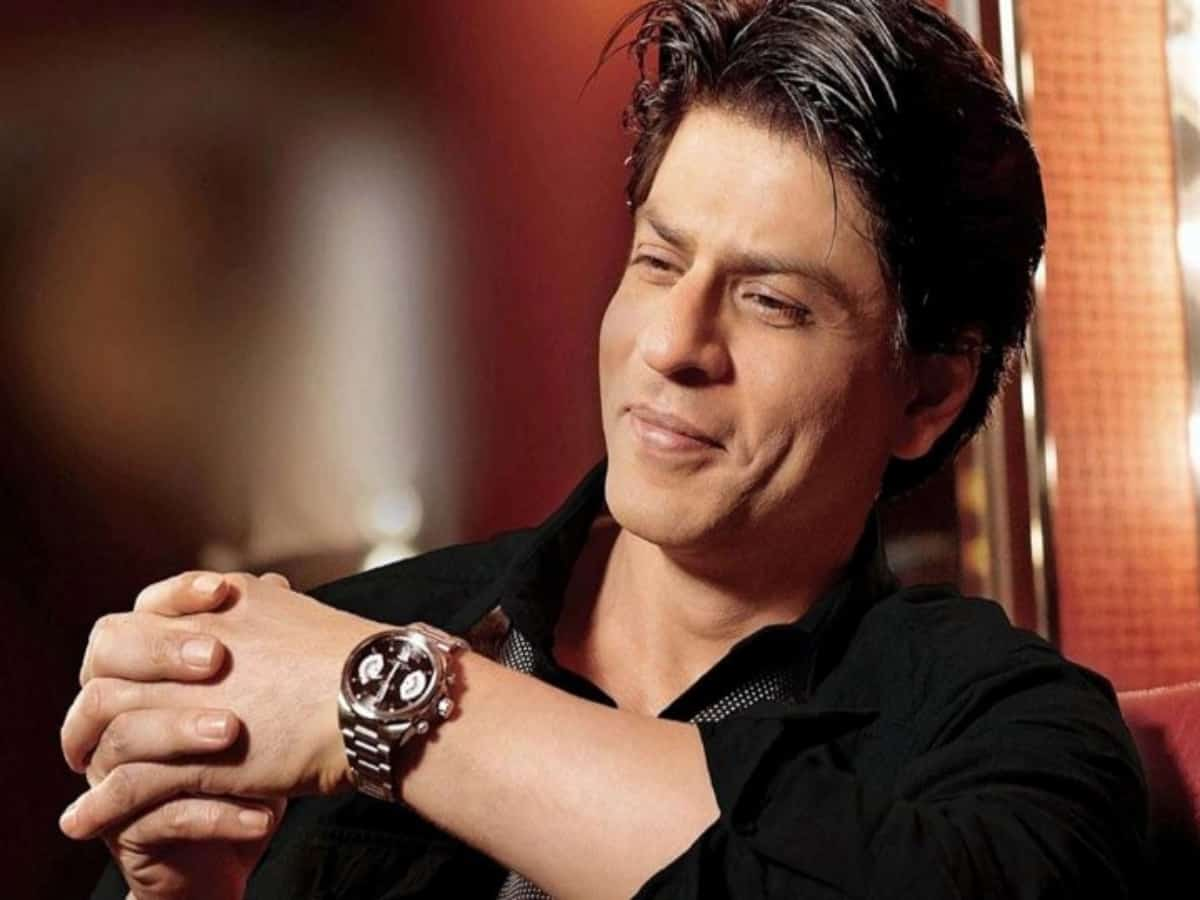 Shah Rukh Khan throws off his phone from balcony [Video]