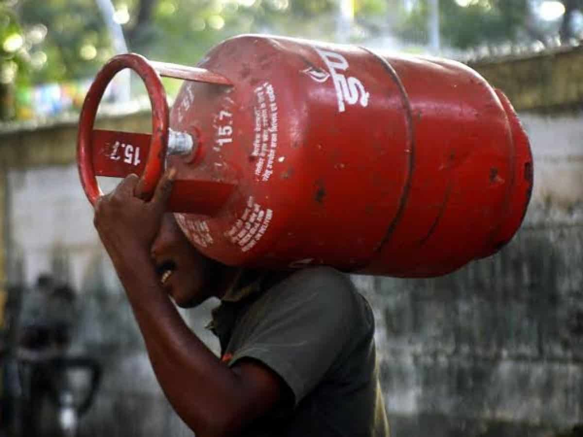 Hyderabad: LPG cylinder costlier by Rs 15; now sells at Rs 952