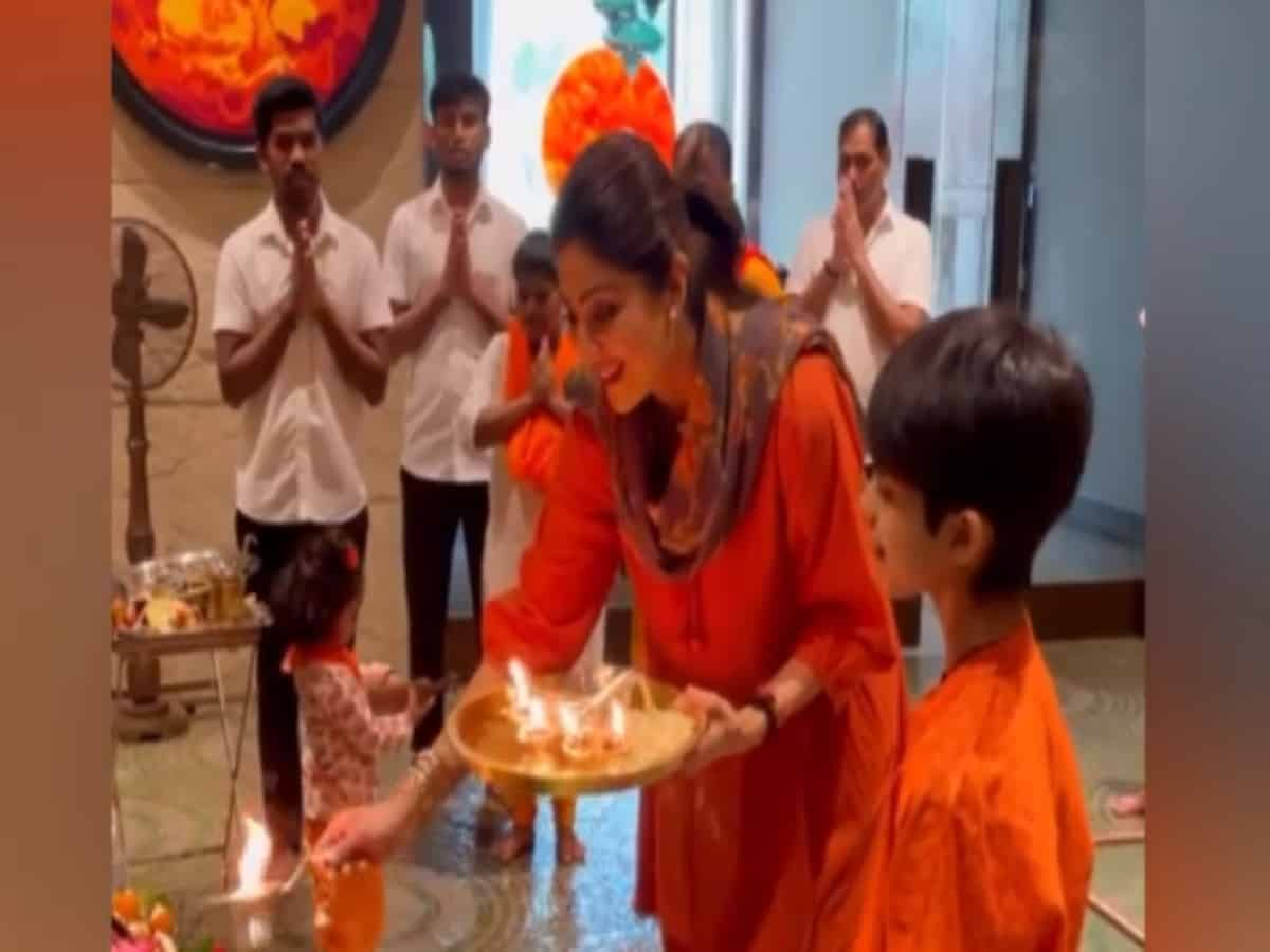Shilpa Shetty performs aarti at home with her children, Raj Kundra missing